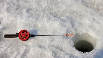 Пожилой рыбак погиб, провалившись под лед Ладожского озера
