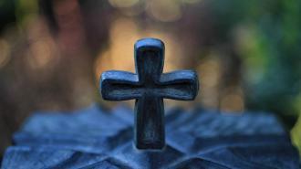 """Могильные вандалы вывозили спиленные кресты на """"Газели"""" в Павловске"""
