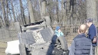В ДТП на Петергофском шоссе перевернувшийся автомобиль прижал к забору школьницу