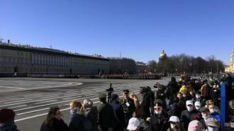 На Параде Победы петербуржцы забыли о масках и социальной дистанции