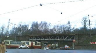 В Петербурге убирают мусор под железнодорожным мостом: там перевернулся грузовик с отходами