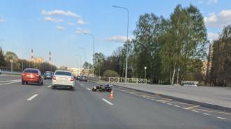 Мотоциклист на проспекте Непокорённых сбил человека