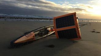 """В Австралии на берег выбросило """"таинственную"""" лодку-призрак"""