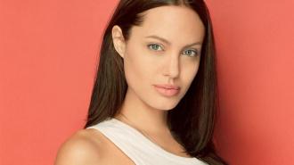 Анджелина Джоли удалила грудь из-за угрозы рака