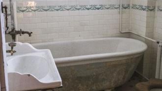 Петербургские краеведывоссоздали в старой квартире ванную комнату начала прошлого века