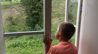 Против мамы мальчика, который упал с 7 этажа, возбудили уголовное дело
