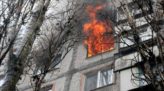Из-за пожара в заброшенной квартире на Просвещения эвакуировали 10 человек