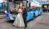 Троллейбус превратился в свадебный кортеж и довез петербуржцев до ЗАГСа