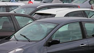 Эксперт назвал критической ситуацию с парковкой в Петербурге