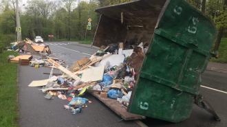 Пухто с мусором перегородило дорогу около Лесного проспекта
