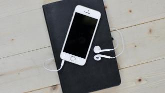 Невролог объяснила, почему опасно спать рядом со смартфоном
