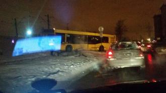 На Воздухоплавательной столкнулись легковушка, такси и автобус, есть погибшие