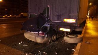 На Суздальском проспекте водитель легковушки погиб под грузовиком