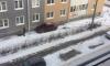 В Петербурге женщина-водитель аккуратно въехала в жилой дом