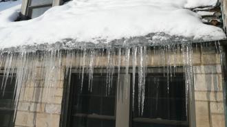 На Камчатке лед, сорвавшийся с крыши, убил подростка