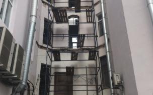 Срезанные балконы в доме № 1 по Леншоссе должны вернуться на места до конца года