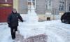 Житель Приморского района создает во дворе скульптуры из снега