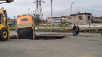 В Оренбургской области ушел под землю грузовик