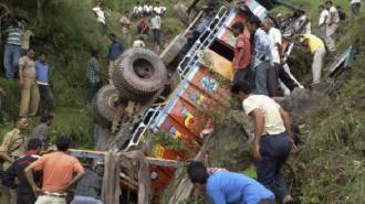 В Индии грузовик с паломниками упал в пропасть, погибли 20 человек