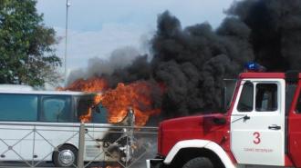 У метро «Купчино» полностью сгорел пассажирский автобус