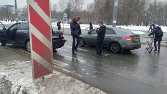 """""""Киа"""" догнала """"Ниссан"""" на пешеходном переходе у перекрестка Дыбенко и Товарищеского"""