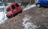 В Выборге неподалеку от детской площадки найден скатившийся в овраг микроавтобус