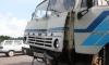 """""""КамАЗ"""" на КАДе врезался в столб: колёса взорваны, водитель госпитализирован"""