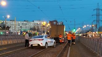 С утра таксист на 35 минут заблокировал трамвайные пути на Испытателей