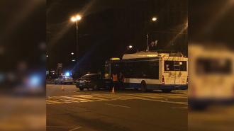 На пересечении 8 и 9 линий В.О. столкнулись троллейбус и легковушка