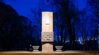 В Петербурге подсветили памятники Дороги жизни ко Дню Победы