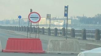 Участок Октябрьской набережной в районе пожара до сих пор перекрыт