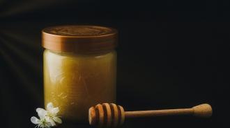 Продавец меда украла у пожилого петербуржца 10 тысяч рублей