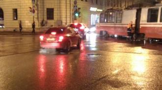 На площади Мужества трамвай сошел с рельсов