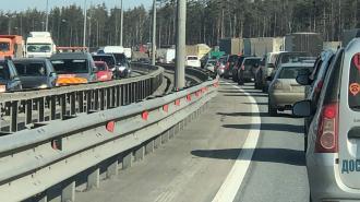 Пробка на юге КАД в районе Большого Обуховского моста растянулась на 7 км