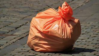 Во дворе на улице Марата неизвестные развели свалку