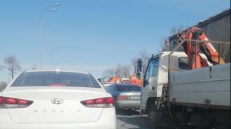 Водители застряли в пробке на Пулковском шоссе