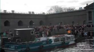 Блогер спел с яхты школьникам, столпившимся на берегу Невы