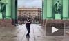 Азербайджанский блогер станцевал лезгинку под Нарвскими воротами