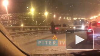 На Российском путепроводе легковушка развернула маршрутку