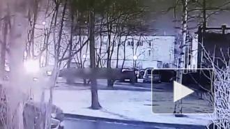 Неизвестный поджег автомобиль на парковке в Невском районе