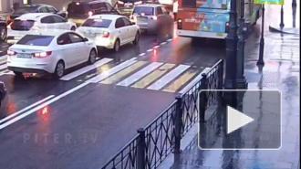 Неизвестный мужчина напал на школьницу в Петроградском районе