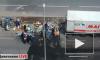 Видео: еда и напитки выпали из фургона на проезжую часть Петровского бульвара