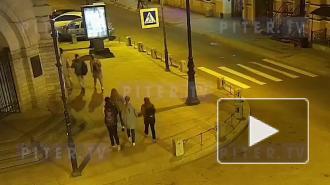 В центре Петербурга таксист въехал в стену Кузнечного рынка и сбил двух человек