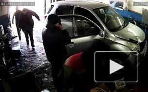 В Якутске женщина насмерть задавила работника автосервиса