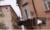 Видео: фура снесла балкон исторического дома на одной из самых живописных улиц Выборга