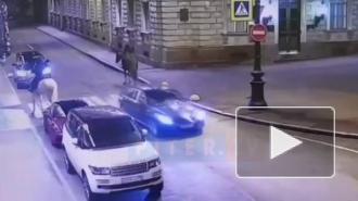 В центре Петербурга между девушками на лошадях и охранниками произошел конфликт