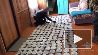 В Хабаровском крае у мужчины нашли 300 банок с черной икрой