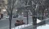Подтаявший снег с улиц Петербурга убирают 1,2 тысячи дворников