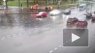 Момент ДТП с реанимобилем на Дворцовой набережной попал на видео