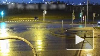 Видео: на улице Маршала Казакова водитель на скорости влетел в бетонные блоки